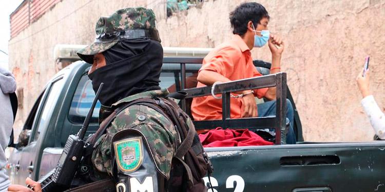 Detienen a taxista con supuesta marihuana en la capital
