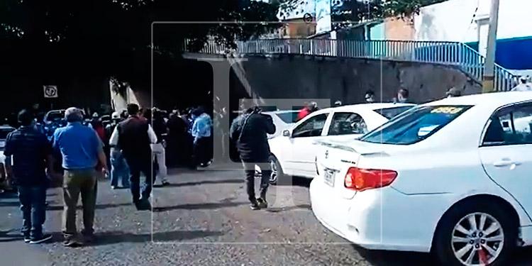 Taxistas de la colonia Kennedy realizan toma de calle en la capital