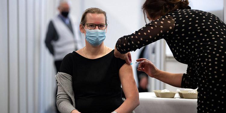 OMS: puede extenderse el lapso entre dosis de vacuna Pfizer
