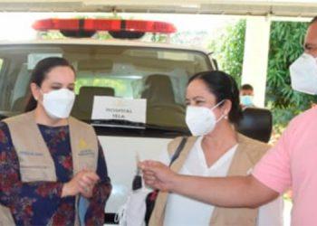La Primera Dama, Ana García de Hernández, entregó de forma oficial la ambulancia a la directora del hospital de Tela, Diana Verdial.