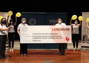 El donativo fue entregado a la Fundación Teletón por Aracely O´Hora, gerente del Banco Central de Honduras, junto a empleados de la institución.