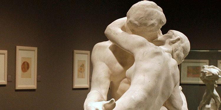 """El beso"""", una esculturas de Rodin."""