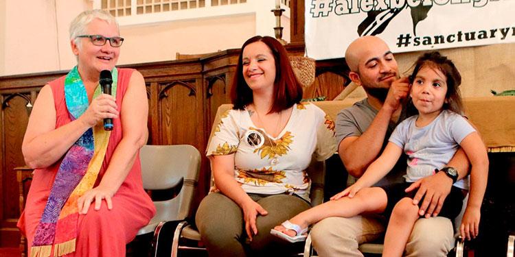 De izquierda a derecha, la pastora Rebecca Turner de la Iglesia de Cristo; Carly García, Alex García y la hija de ambos, Arianna Lee García, de 5 años, en una conferencia de prensa, en julio de 2019.