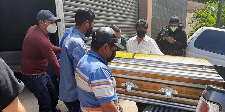 El cadáver del productor agropecuario ayer fue retirado de la morgue capitalina por sus consternados parientes.