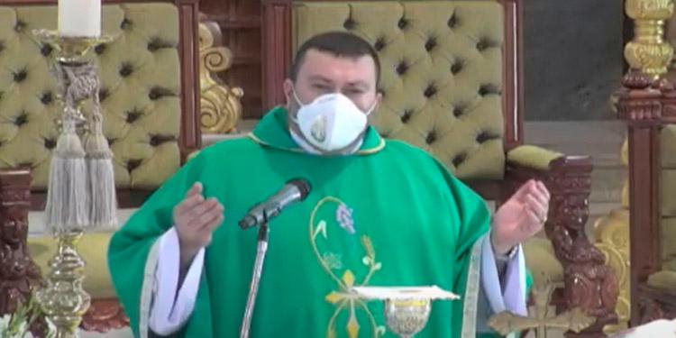 El sacerdote Carlo Magno Núñez reemplaza en la homilía dominical que, por lo general, preside el cardenal Óscar Andrés Rodríguez, quien dio positivo al coronavirus y se recupera satisfactoriamente.
