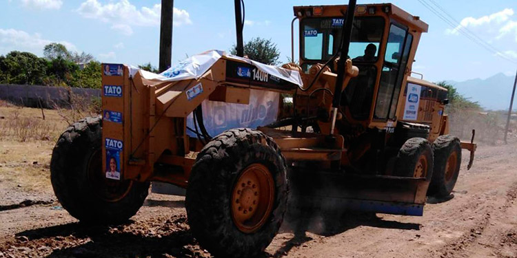 Maquinaria pesada está haciendo las reparaciones de las calles en mal estado.