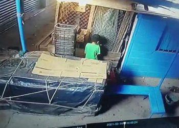 """La cámara de vigilancia capta el momento en que el infante prende fuego a uno de los locales del mercado """"Inmaculada Concepción"""", de Choluteca."""