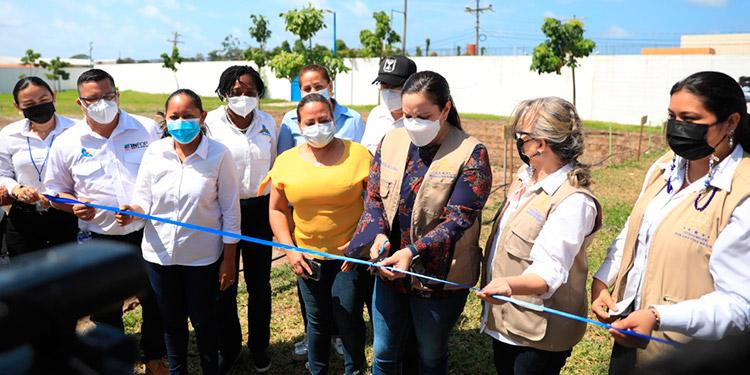 La Primera Dama, Ana García de Hernández, inauguró ayer, en el Centro Ciudad Mujer de La Ceiba, el Programa Mi Huerta, junto al representante de la Oficina de Cooperación Israelí, Arturo Alvarado; y autoridades locales.