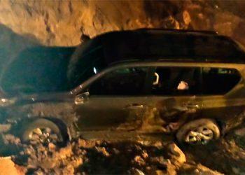 Los agentes policiales observaron un vehículo accidentado y procedieron a auxiliar al conductor del mismo, quien se encontraba inconsciente.