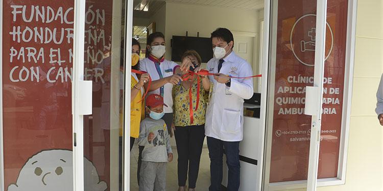 """Autoridades del Hospital """"Gabriela Alvarado"""" y directivos de la Fundación Hondureña para el Niño con Cáncer inauguraron la clínica."""
