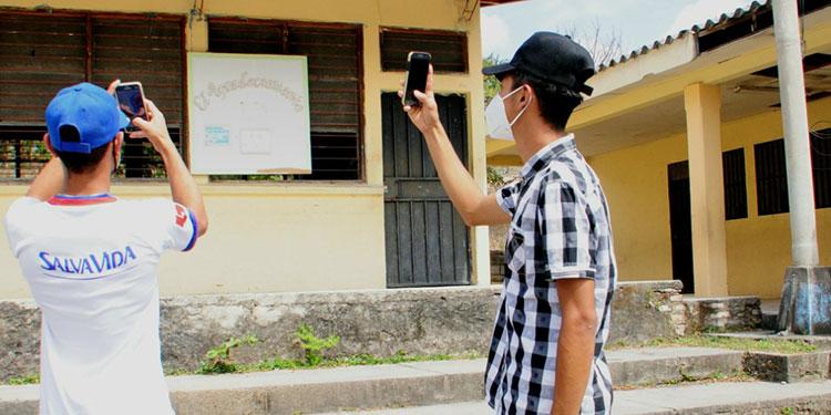 """Los estudiantes en zona rural se las """"arreglan"""" buscando un poco de señal de internet."""