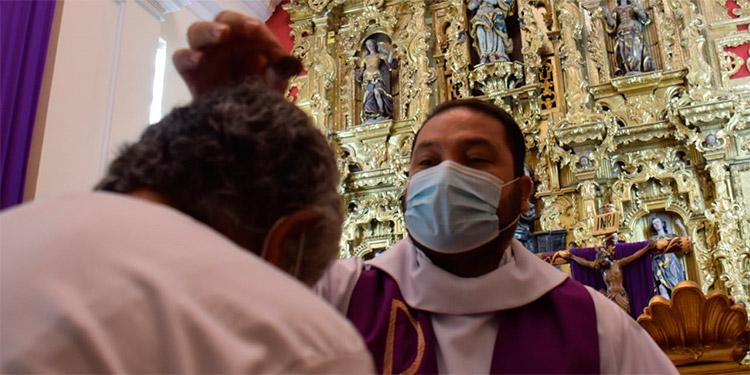 Las cenizas fueron arrojadas en la cabeza de los fieles, sin contacto físico, debido a la pandemia del COVID-19.