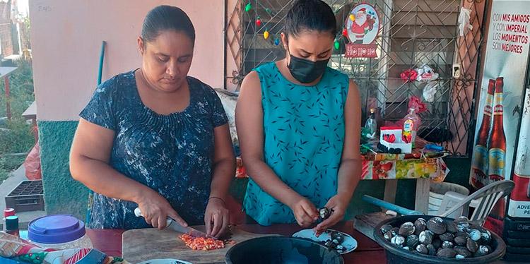 Olga Barahona y su hija Marielo preparando los deliciosos curiles.