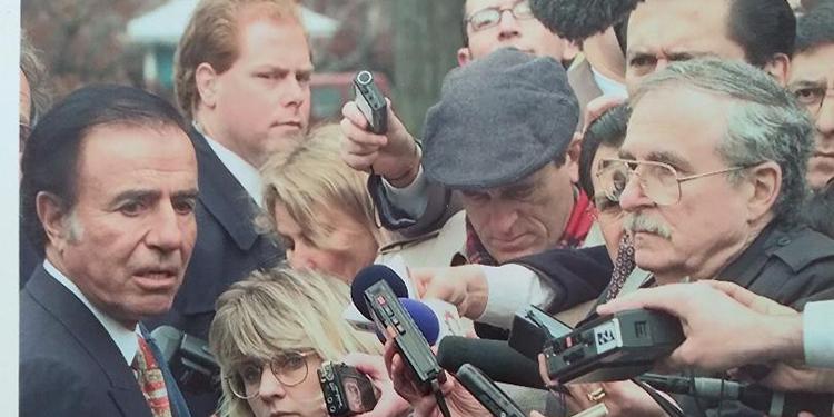El expresidente Carlos Menem durante una visita en la Casa Blanca entrevistado por periodista, entre ellos el autor de esta columna, Jacobo Goldstein