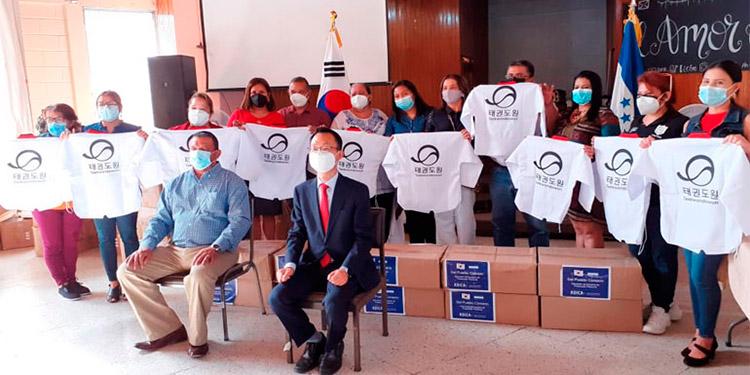 Embajada de Corea dona uniformes para Taekwondo a escuelas de la capital