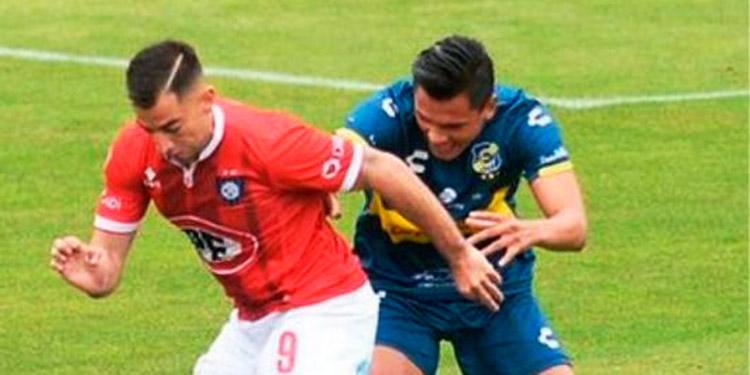Denil Maldonado no puede con la marca del jugador del Huachipato.