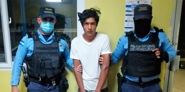 El individuo fue trasladado a una estación policial para luego ser remitido ante la Fiscalía de Tela.