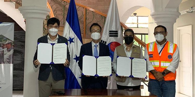 El embajador Jae Hyun Shim, en representación de la embajada de la República de Corea en Honduras, realizó una donación de ropa de maternidad y zapatos coreanos para superar el COVID-19.