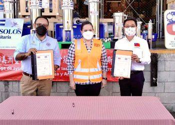 La donación de las máquinas fue realizada por el embajador de la República de China Taiwán, Diego Wen, junto con la Primera Dama, Ana García de Hernández, al subcomisionado de Copeco, Gustavo Cruz.
