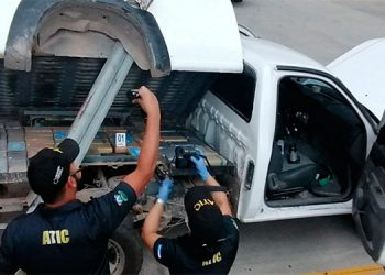 La ATIC les encontró a los tres sospechosos 99 kilos de supuesta cocaína que llevaban en un compartimiento falso.