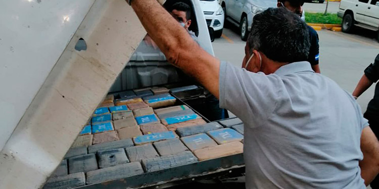 Los paquetes de droga fueron descubiertos en un compartimiento falso en la carrocería de un vehículo.