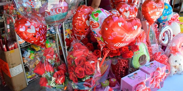 Entre los obsequios a la venta hay globos, dulces, tazas, tarjetas, entre otros a cómodos precios.