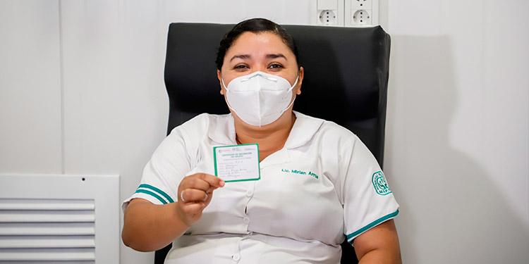Una enfermera, primera persona en ser vacunada en Paraguay contra la COVID-19