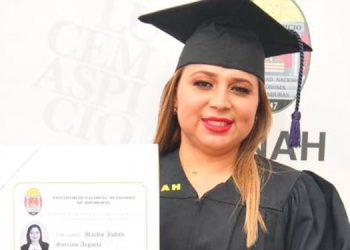 Entre las nuevas profesionales graduadas de la Máxima Casa de Estudios, distinguió la abogada Marlen Argueta.