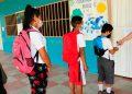 Para entregarles rubricas de trabajo las maestras les exigen estricto cumplimiento de medidas de bioseguridad.