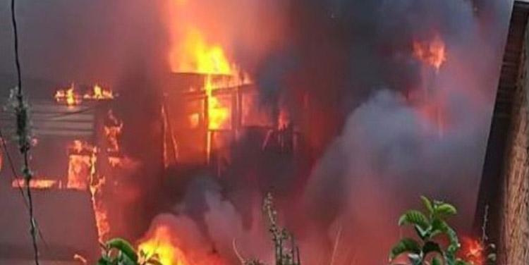 Las llamas surgieron alrededor de las 4:15 de la tarde, y se propagaron en cuestión de segundos debido a las altas temperaturas en las viviendas construidas en forma continua.