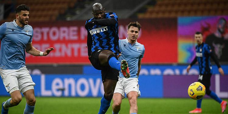 Lukaku anotó doblete para el liderato del Inter