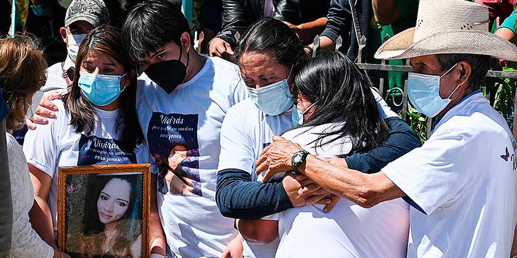 La señora Norma Rodríguez, madre, y la hermana, Nancy Martínez, entre otros familiares de Keyla Martínez, consideran que no hay precisión en las declaraciones del médico.