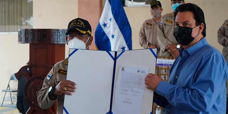 El presidente de las maquilas, Mario Canahuati y el comandante de los bomberos, José Manuel Zelaya, durante la firma del convenio.