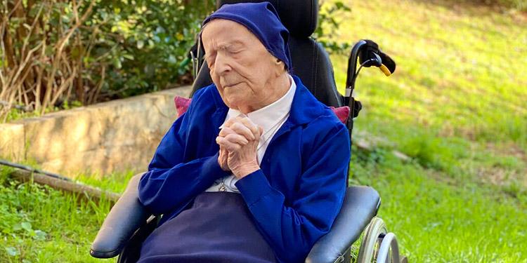 Champaña y misa para festejar 117 años de monja francesa