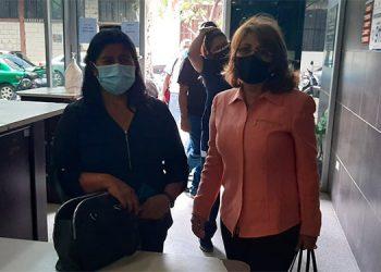 La madre de Keyla Patricia Martínez Rodríguez, la señora Norma Rodríguez y su apoderada legal, Irma López, ayer llegaron a la capital, para exigir los resultados de Medicina Forense.
