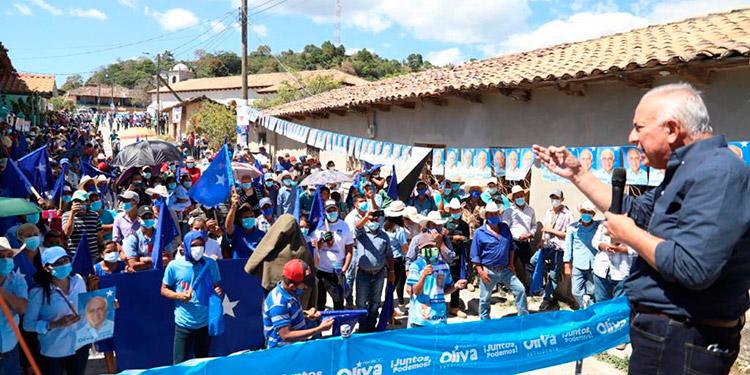 Mauricio Oliva, ante la multitud de nacionalistas de La Iguala.