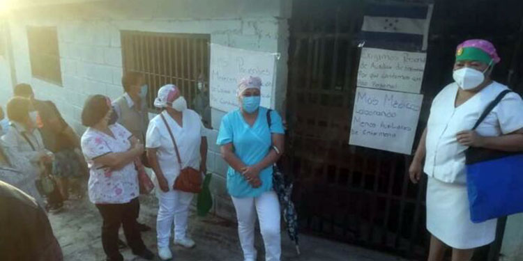 Personal de enfermería del centro de salud de la colonia 3 de Mayo se tomaron las instalaciones de esta unidad de salud, exigiendo más personal.