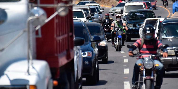 Los motociclistas se meten en medio, sin importarles su vida y la de los conductores.