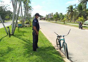 Policías municipales vigilan que no se estacionen automóviles en el bulevar de la línea costera de Tela, Atlántida.