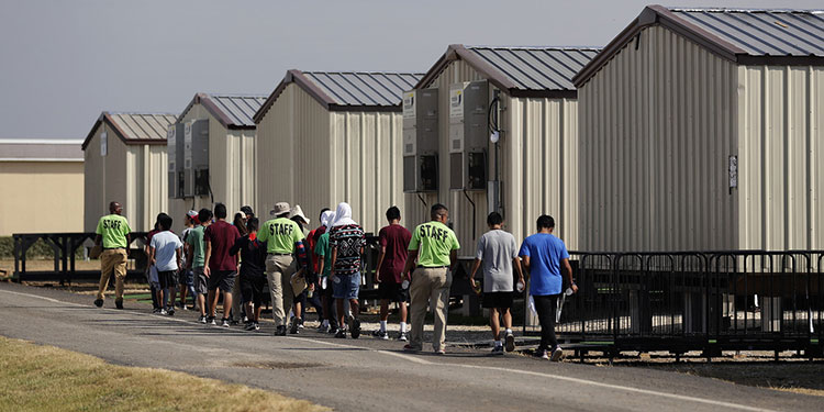 El gobierno del presidente estadounidense Joe Biden ha reabierto una instalación para albergar a hasta 700 adolescentes migrantes luego de que cruzan la frontera entre Estados Unidos y México sin compañía de alguno de sus padres.