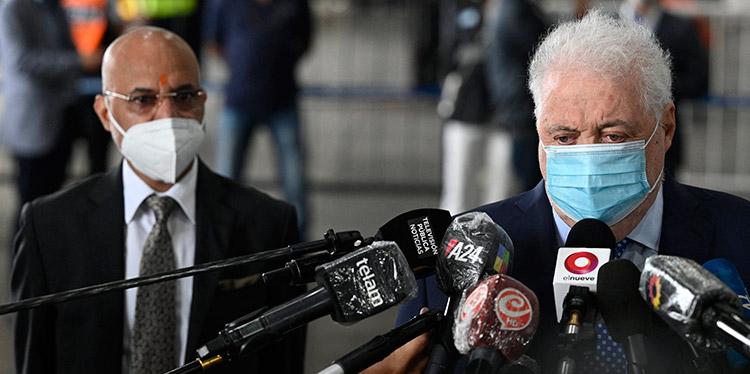 El escándalo desatado en Argentina por el acceso privilegiado a la vacunación contra la COVID-19 creció el sábado con la presentación de varias denuncias. (LASSERFOTO AFP)