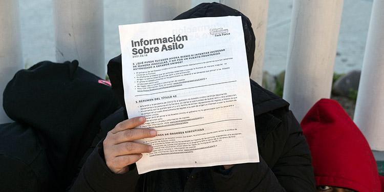 Estados Unidos recibió el viernes a un pequeño grupo de inmigrantes que aguardaban en México a su proceso de asilo en el país vecino. (LASSERFOTO AFP)