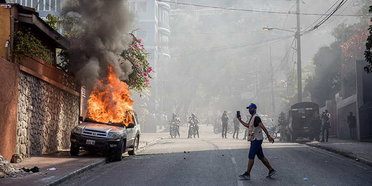 Miles de personas se manifestaron en Puerto Príncipe para denunciar la tendencia a una nueva dictadura que según ellos tiene el gobierno de Haití. (LASSERFOTO AFP)