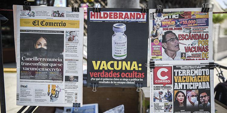 Perú quedó sumido en un escándalo de corrupción en plena pandemia, tras afirmarse que altos funcionarios fueron presuntamente vacunados antes de la campaña.   (LASSERFOTO AFP)