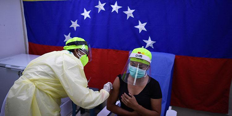 Las 277 personas que conforman la Asamblea Nacional de Venezuela comenzaron a recibir la vacuna Sputnik V contra la COVID-19.     (LASSERFOTO AFP)