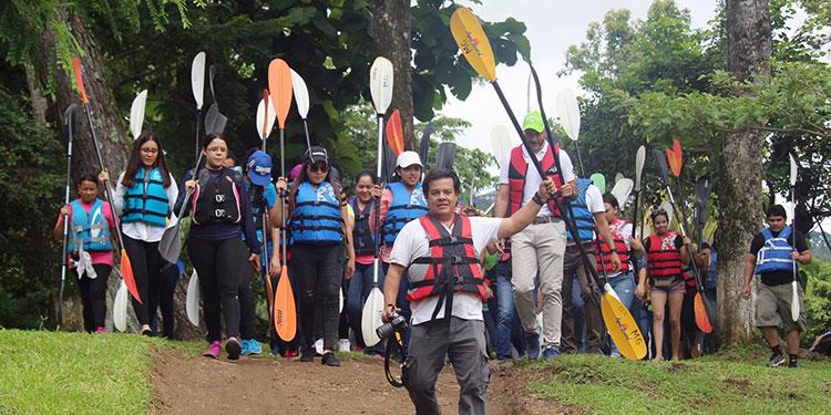 Una de sus actividades favoritas eran los tours en kayak por el Lago de Yojoa.