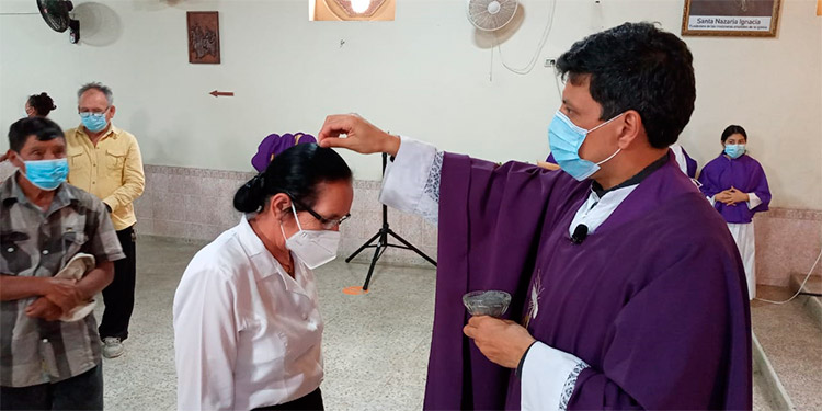 Por primera vez, debido a la pandemia, el rito de la imposición de la cruz de ceniza se realizó simbólicamente, colocando ese polvo sobre la cabeza de cada persona.