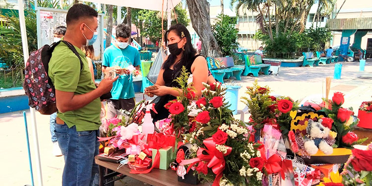 En el parque Central de Tela, se instalaron puestos de ventas de diferentes productos de ocasión, como los arreglos florales y peluches, entre otros.