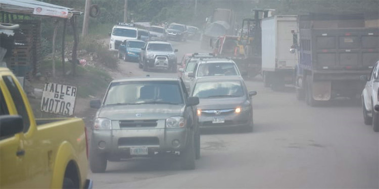 Cada vez que los automotores logran avanzar, levantan olas de polvo que afectan la salud de los vecinos de la zona.