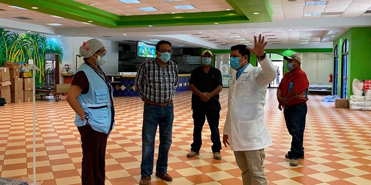 El viceministro de Salud, Roberto Cosenza, junto a funcionarios del ramo, inspeccionó las instalaciones del Parque Acuático Wonderland.
